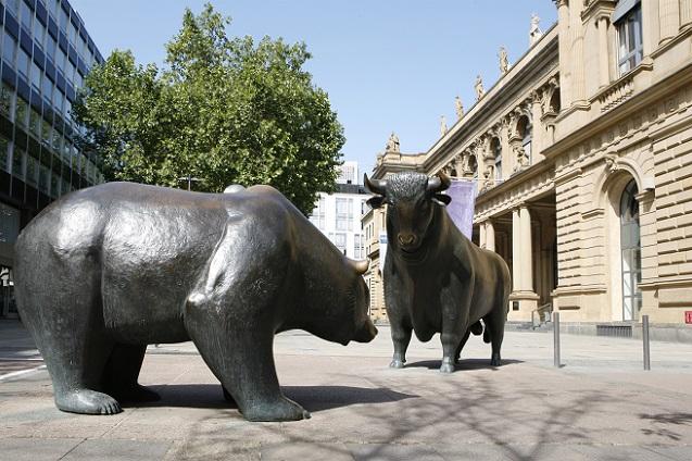 Die Frankfurter Wertpapierbörse gilt als wichtigster Handelsplatz für Aktien in Deutschland. Von hier aus wird das Handelssystem Xetra geführt, mit dem die wichtigsten deutschen Aktien gehandelt werden – rund 90 Prozent des gesamten Handels von Wertpapieren fanden im Jahr 2015 hier statt. (#06)