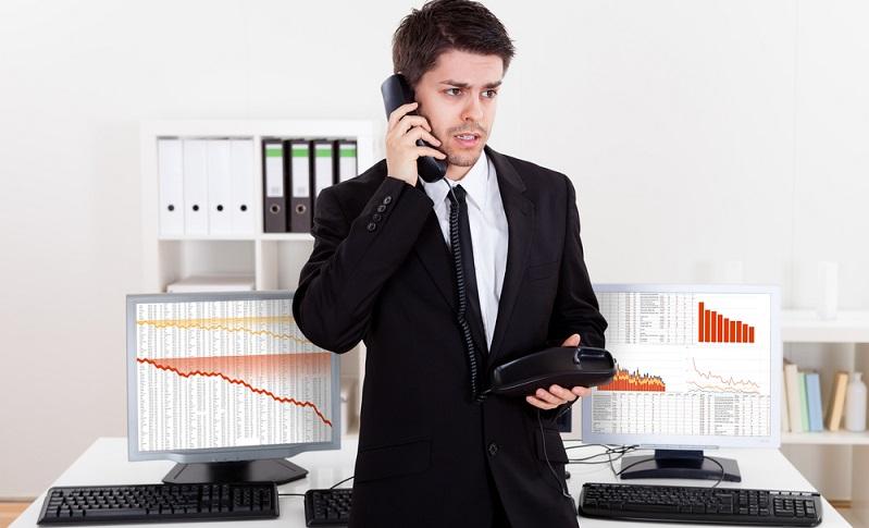 Wer als Privatperson mit Aktien handeln möchte, der muss sich für einen Kommunikationsweg mit dem Börsenmakler entscheiden. Dafür stehen mehrere Optionen zur Verfügung. (#01)