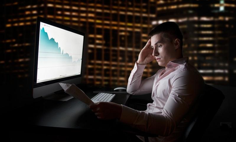 """Offizielle Börsenmakler arbeiten entweder für ein Finanzinstitut oder für private Klienten. Die Makler führen in beiden Fällen sogenannte """"Orders"""" aus. Hat ein Klient den Wunsch, eine bestimmte Aktie zu veräußern oder zu kaufen, gibt er diesen als """"Order"""" an den Börsenmakler weiter. Dieser führt dann den Auftrag anschließend für seinen Klienten aus. (#01)"""