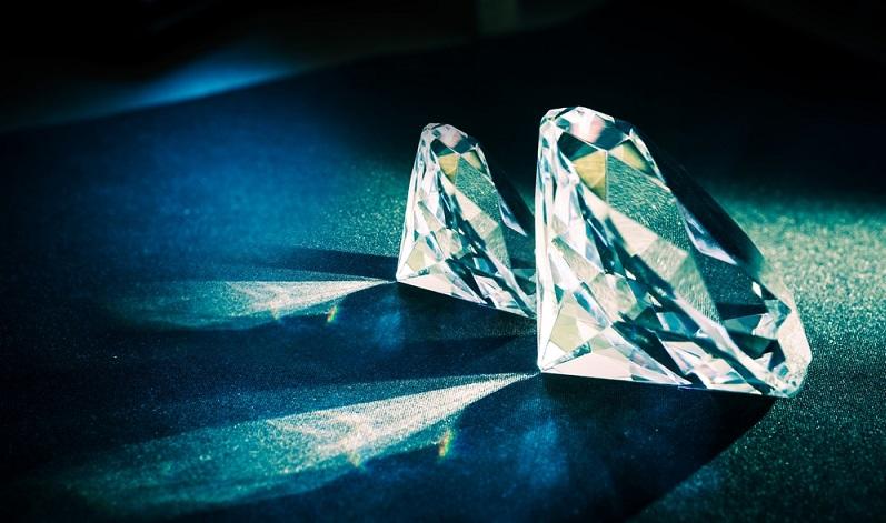 Diamanten sind übrigens die härtesten natürlichen Substanzen der Welt und werden bei Weitem nicht nur zum Verzieren von Schmuck verwendet. (#04)