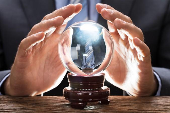 Viele Anleger wünschen sich eine Glaskugel, mit der sie sehen können, in welche Richtung sich die Aktienkurse in der Zukunft entwickeln. Die Kugel würde dann auch vorhersagen, ob sich ein Reverse Bonus Zertifikat lohnt. Was für eine tolle Träumerei! (#1)