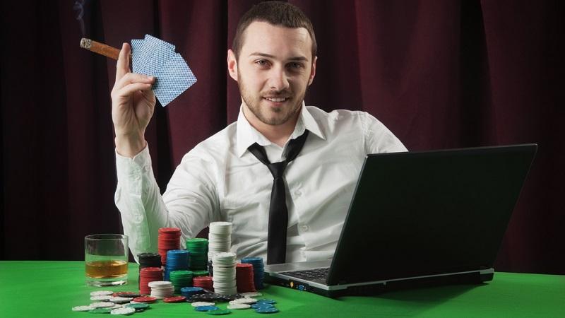 Eine stabile Internetverbindung und ein funktionierendes Notebook stellen bereits die vollständige Ausrüstung dar, die es benötigt, um per Online-Poker Geld zu verdienen.