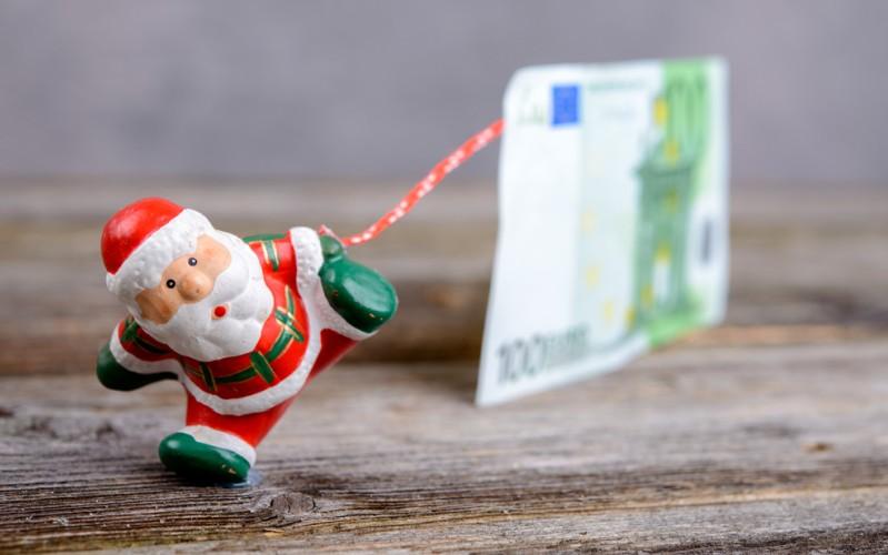 Nach wie vor gelten Wertpapiere als beliebte Geldanlage, kein Wunder also, dass Aktien manchmal verschenkt werden. Bei einer Schenkung fällt keine Abgeltungssteuer an, sofern das Finanzamt über die Schenkung infomiert wird. Den Weihnachtsmann wird es freuen. (#3)