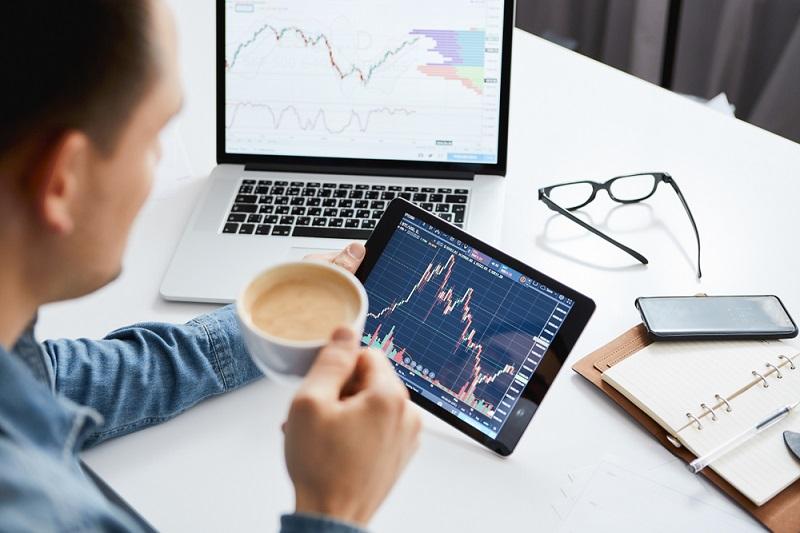 Kostenloses Depot: Der wichtigste Rat der Börsenexperten an Laien lautet daher auch, nicht in einzelne Wertpapiere zu investieren, sondern vielmehr in Fonds, die das Risiko entsprechend streuen. (#01)