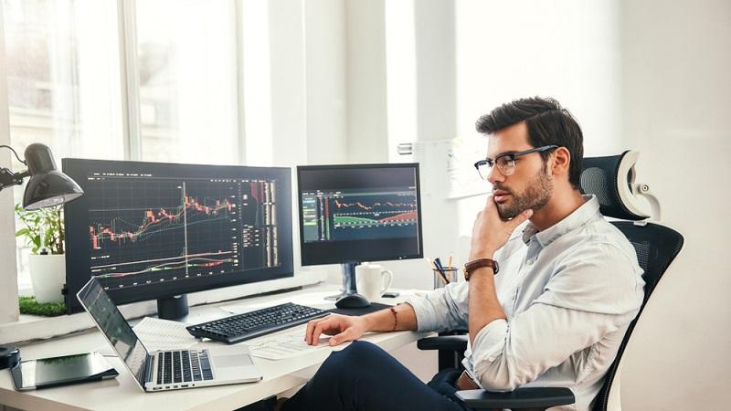 Neulinge sollten bei dieser Sparform auf einen guten Broker setzen, der sie berät und Käufe sowie Verkäufe professionell tätigt. ( Foto: Shutterstock-Friends Stock )